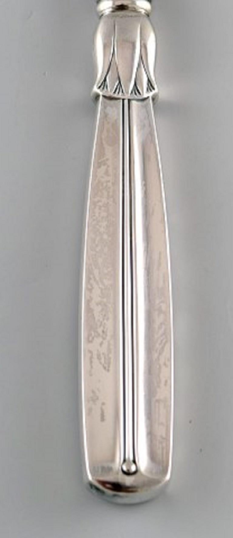 Horsens silver (Denmark). Lotus cake knife in silver, 1954. In very good condition. Stamped and dated: HS and three towers. Measures: 24 cm.