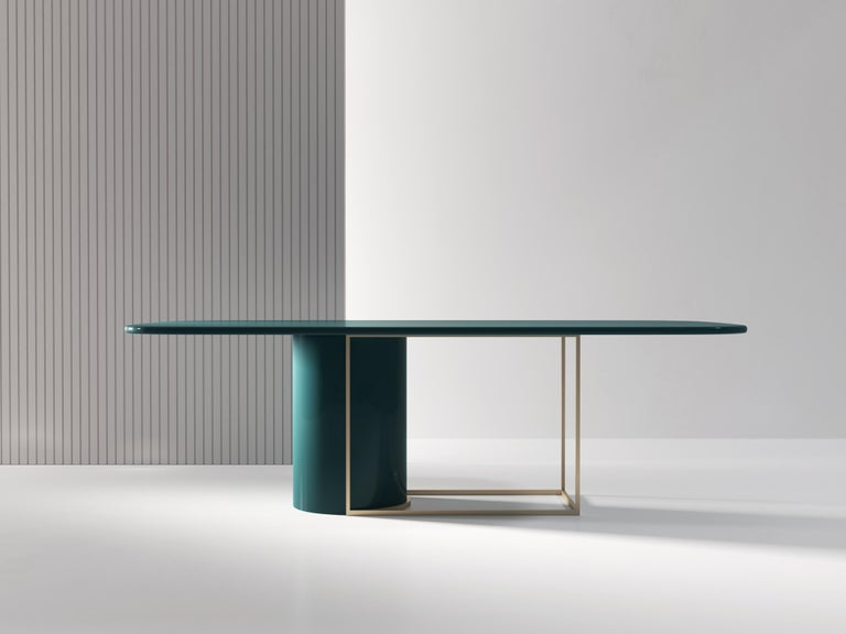 The Horus table is designed as a play on solid and empty space, providing a light yet striking appearance. The cylindrical base can fit within the metal frame or slightly away to emphasize the contrast between the two elements. The top and