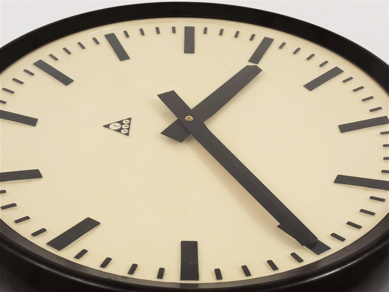Huge Bakelite Industrial Train Station Wall Clock in Excellent Condition, 1940s For Sale 2