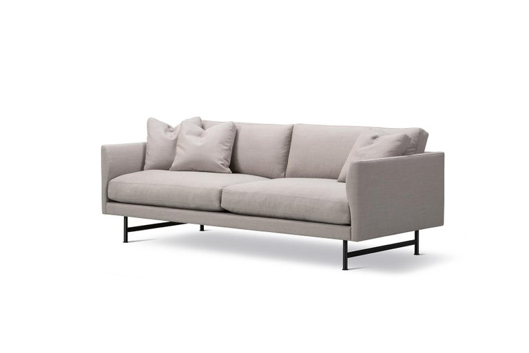 The Hugo Passos Calmo sofa 95 – 2-seater – Metal sofa offers a roomy sense of cosiness, where straight lines converge with discrete curved details. Comfy cushions complete the picture in this understated expression of elegance.
