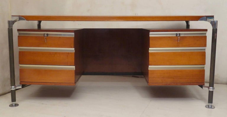 The beauty of this Ico Parisi desk is due to the use of uncommon materials. Desk of the MIM series, 1950.  All veneered in walnut wood with a double series of drawers, on the left and the right. Key closure. The legs are in metal, and the brackets