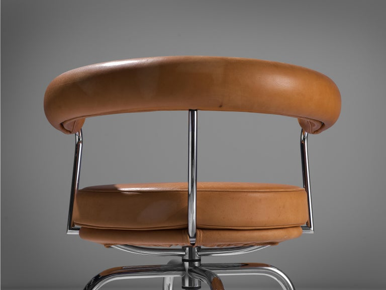 Iconic Charlotte Perriand 'LC7' Swivel Chair in Tubular Steel and Cognac Leather For Sale 1
