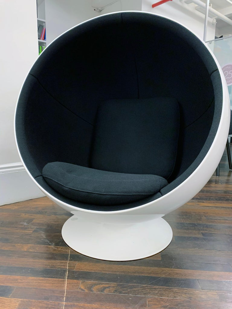 Contemporary Iconic Eero Aarnio Black and White Swivel Ball Lounge Chair For Sale