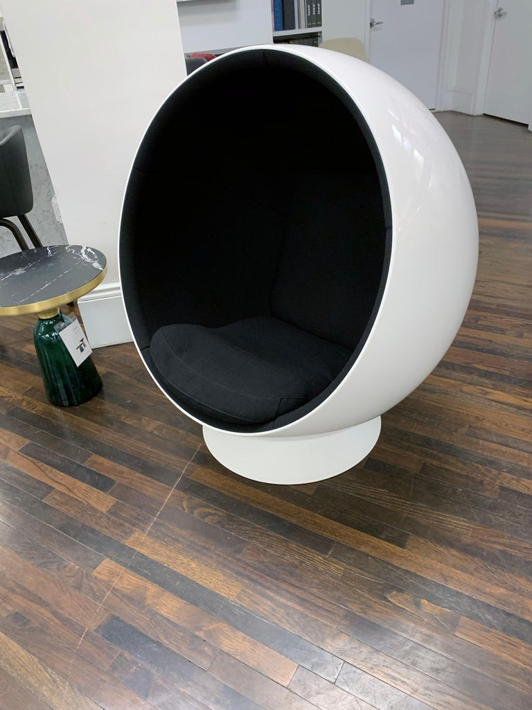 Iconic Eero Aarnio Black and White Swivel Ball Lounge Chair For Sale 3