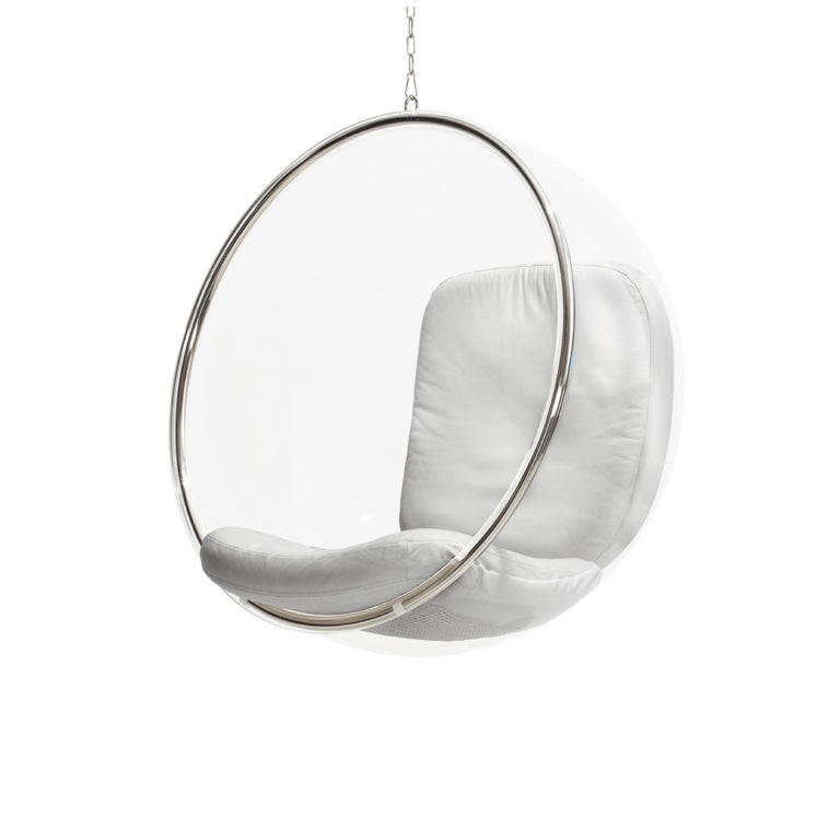 Eero Aarnio's bubble chair from 1968 is based on the idea of Aarnio's iconic ball chair. Like the ball chair, the bubble chair has a simple shape – a ball – but is made of different materials and does not have a pedestal but hangs from the ceiling!
