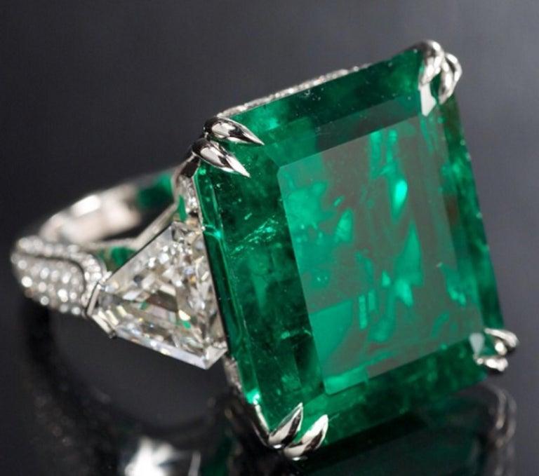 Modern IGI Certified 7 Carat Natural Emerald Trillion Diamond For Sale