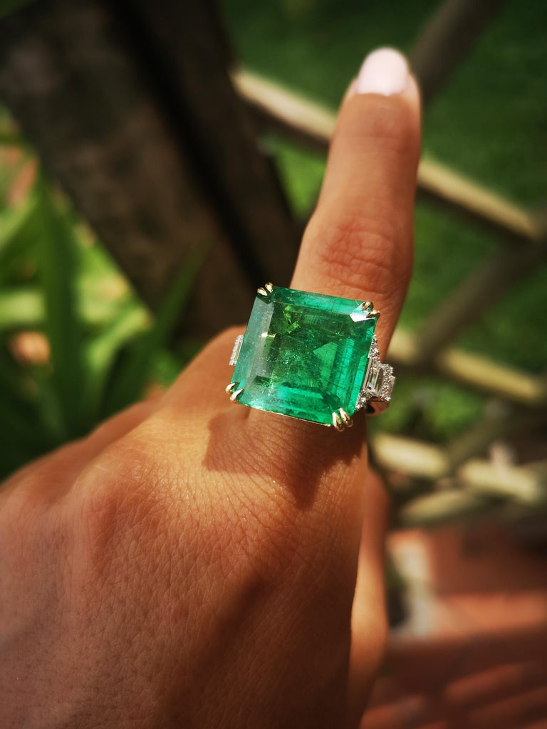 Important IGI Certified 15.95 Carat Natural Emerald Minor Oil In New Condition For Sale In Rome, IT