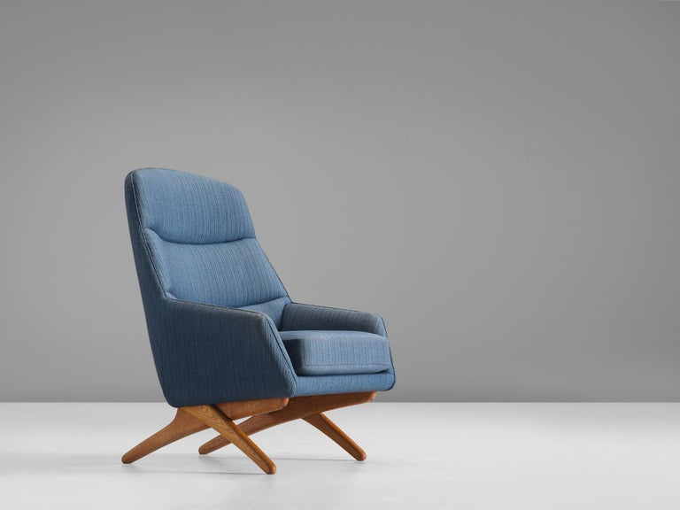 Illum Wikkelsø, blue fabric and oak lounge chair, Denmark, 1960s.  This lounge chair was designed by Illum Wikkelsø and manufactured by Mikael Laursen in Denmark in the 1960s. This lounge set is comfortable and shows playful details. The chair bends