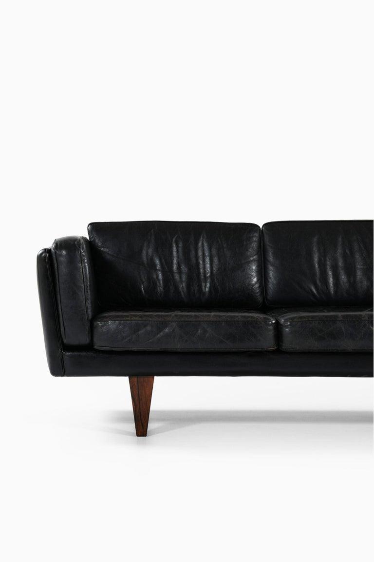 Very rare sofa model V11 designed by Illum Wikkelsø. Produced by Holger Christiansen in Denmark.