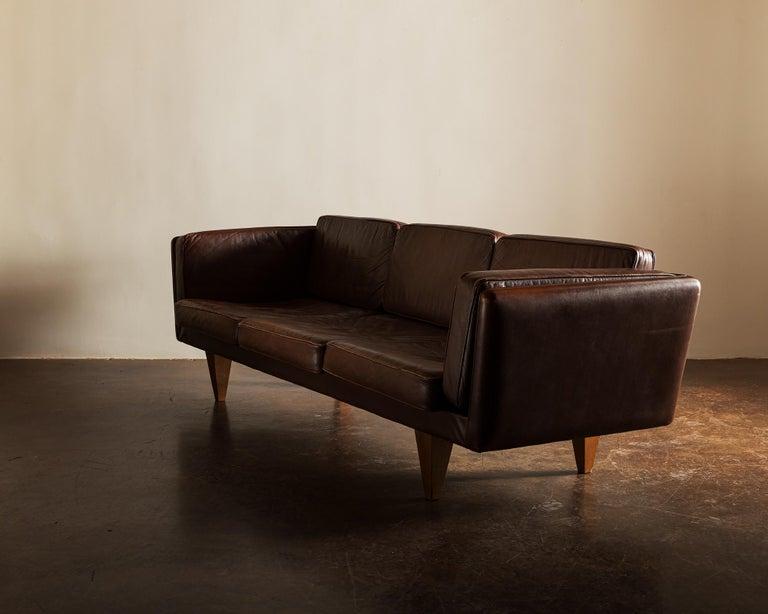 Illum Wikkelsø Sofa V11 in Brown Leather for Holger Christiansen, Denmark, 1960s In Good Condition For Sale In Santa Fe, NM