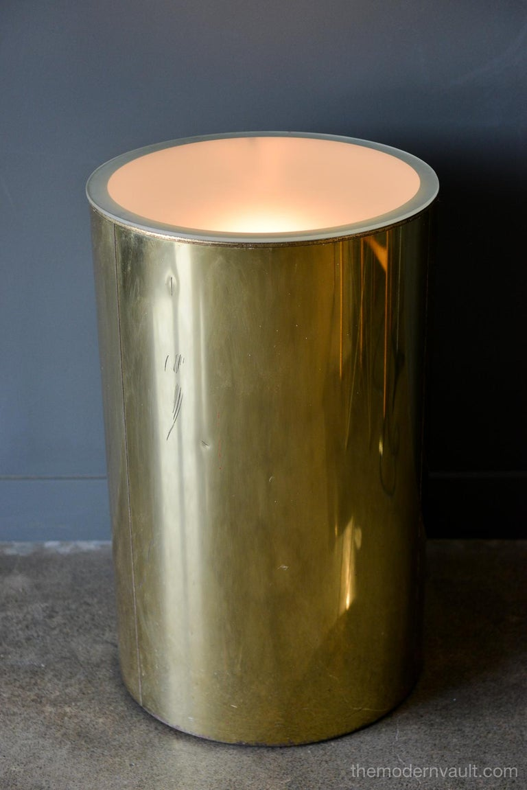 Mid-Century Modern Illuminated Brass Pedestal Stand by Curtis Jere for Artisan House, circa 1980 For Sale
