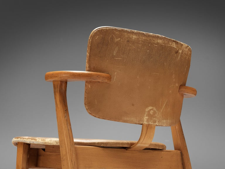 Ilmari Tapiovaara Armchairs 'Domus' in Beech and Patinated Leather For Sale 2