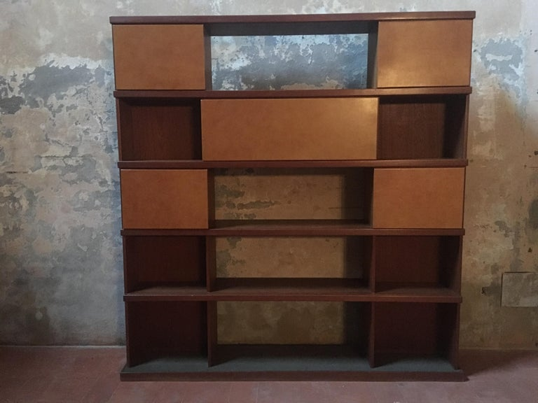 Mid-Century Modern Italian Midcentury Wood and Leather Bookcase For Sale