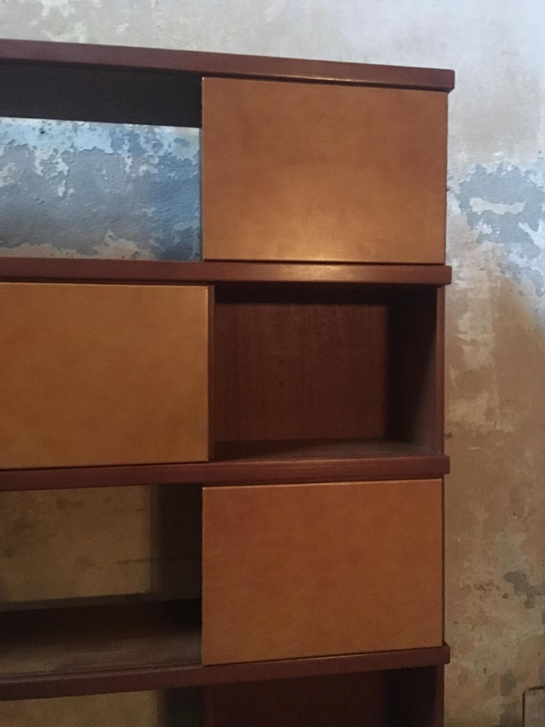 Italian Midcentury Wood and Leather Bookcase In Excellent Condition For Sale In Carpaneto Piacentino, Italy