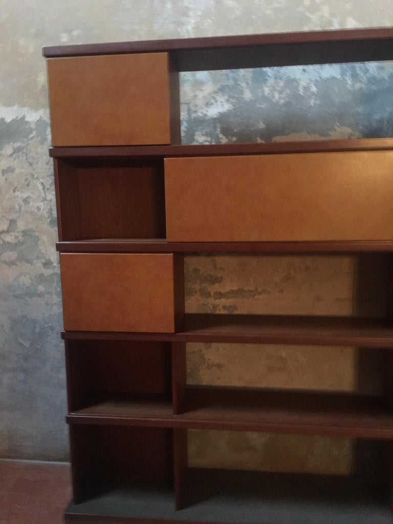 Italian Midcentury Wood and Leather Bookcase For Sale 1