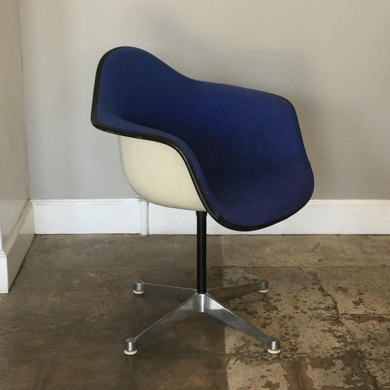Mid-Century Modern Impeccable Molded Swiveling Armchair by Charles and Ray Eames For Sale