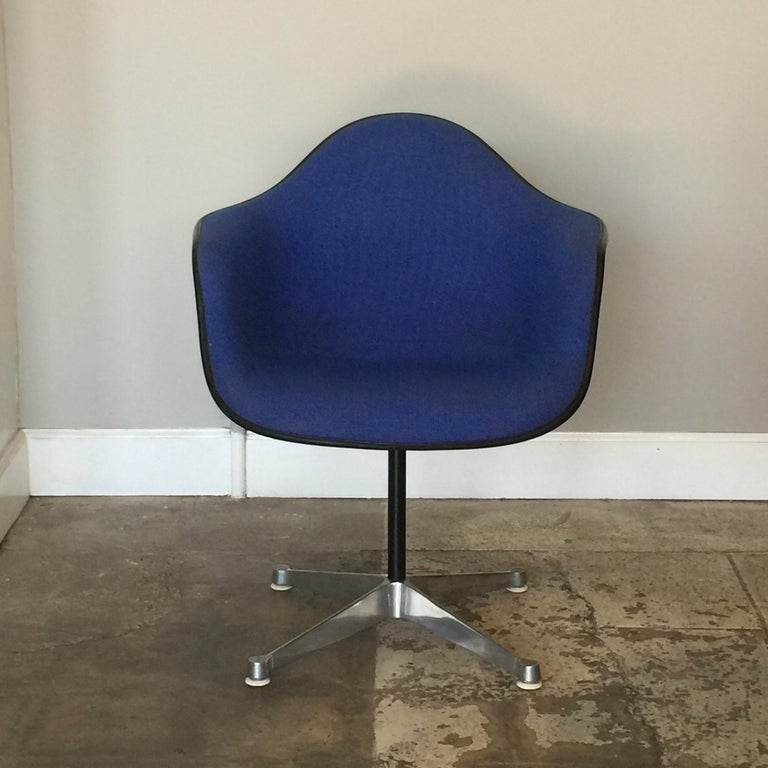 American Impeccable Molded Swiveling Armchair by Charles and Ray Eames For Sale