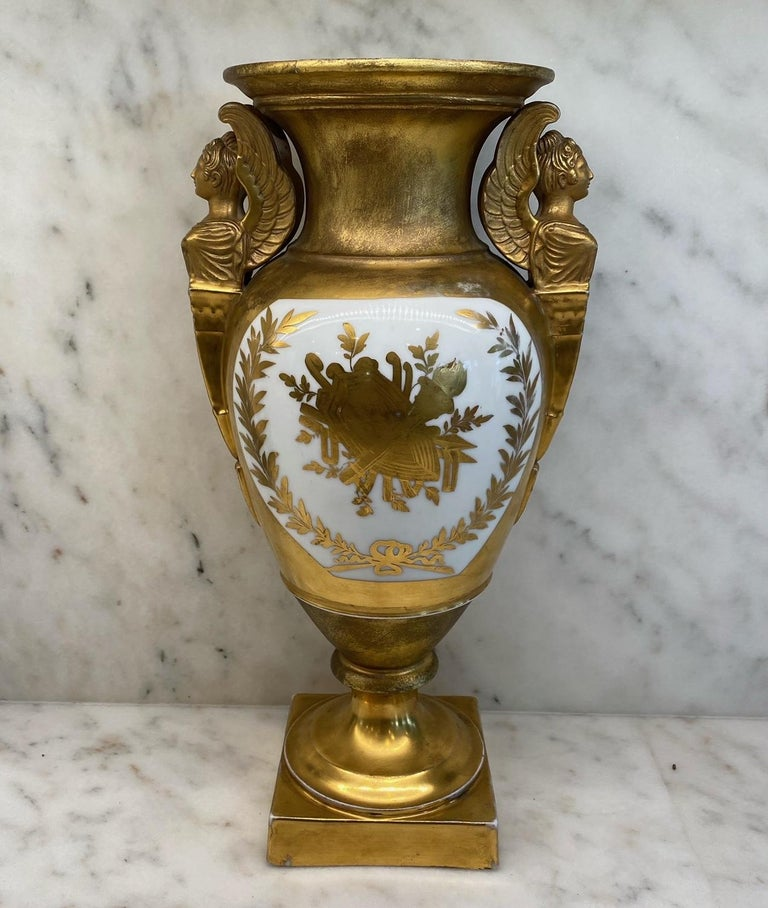 Important Antique French Hand Painted Gold Gilt Vase Depicting Ships in Battle In Good Condition For Sale In Hopewell, NJ