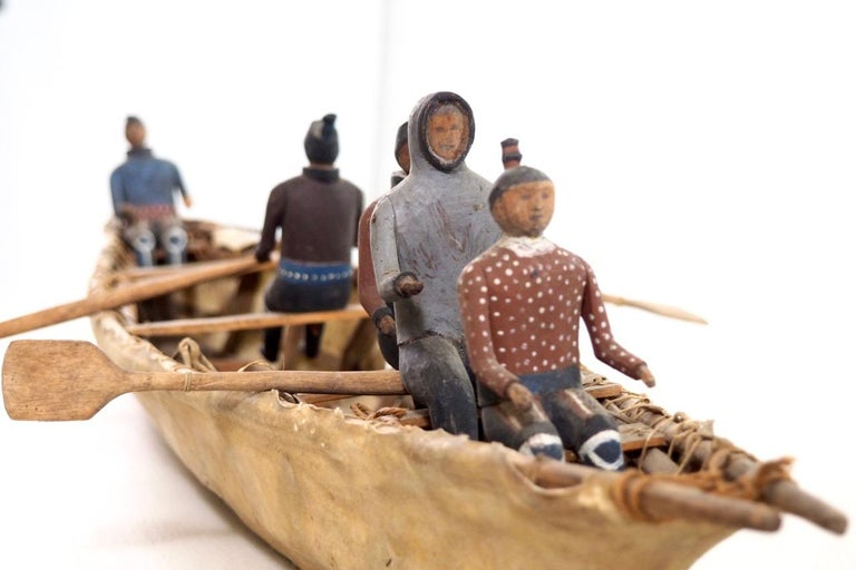 Important Eskimo Miniature Boat, with Carved and Original Painted Wood Figures In Good Condition In Aalsgaarde, DK