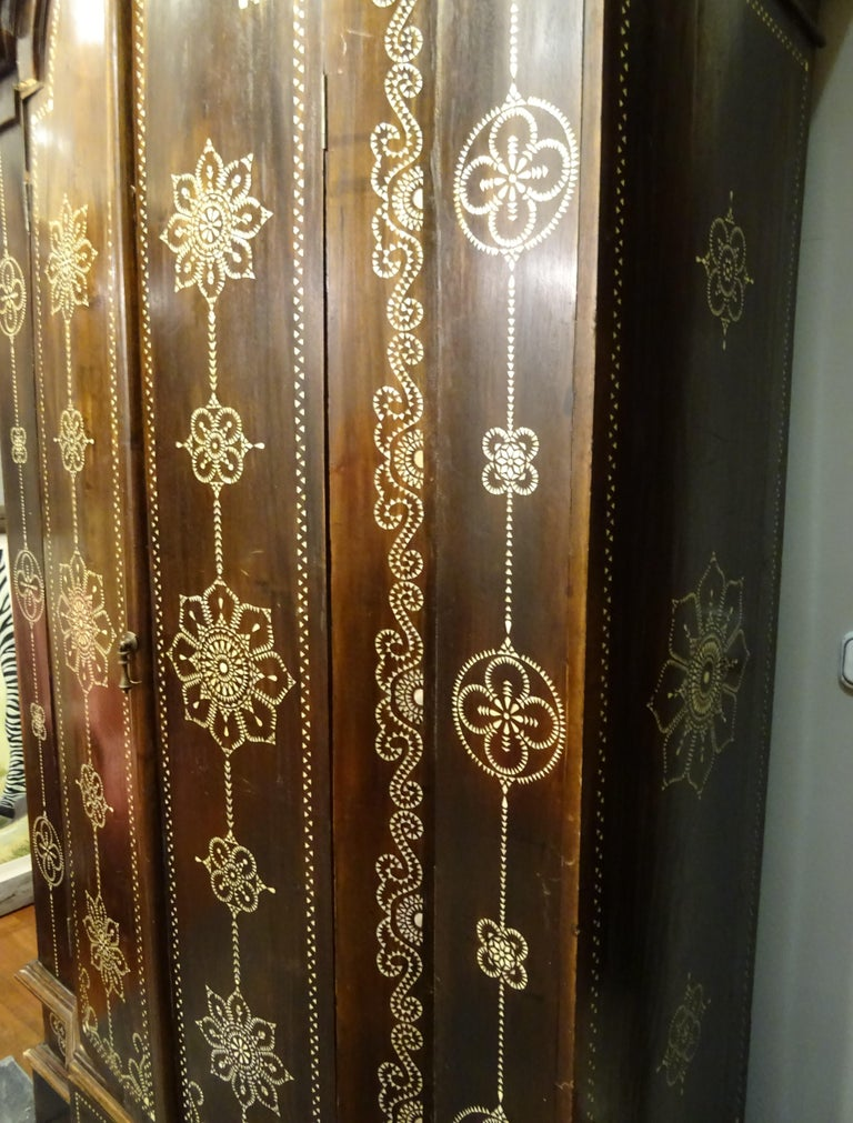 Indian 20th  Wardrobe Mother of Pearl Inlaid Wooden , with Mandalas For Sale 4