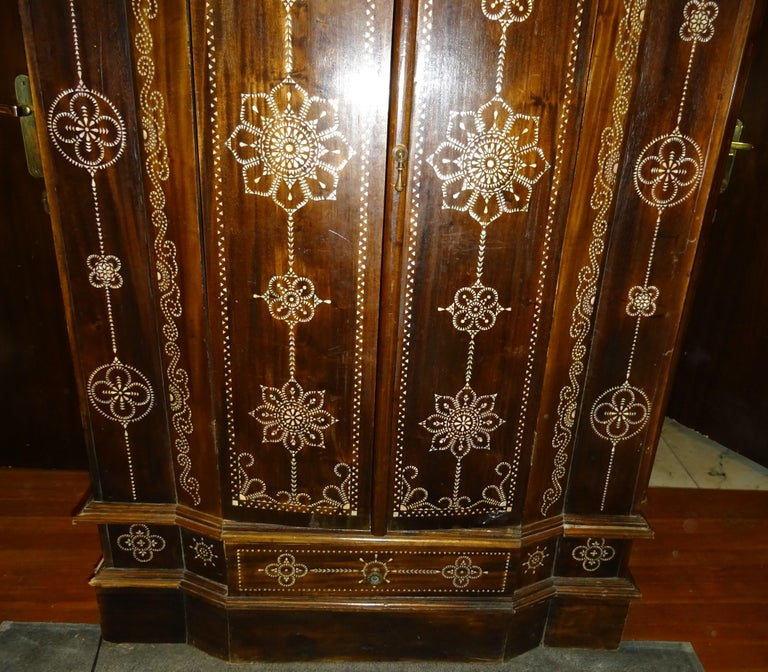 Indian 20th  Wardrobe Mother of Pearl Inlaid Wooden , with Mandalas In Good Condition For Sale In Valladolid, ES