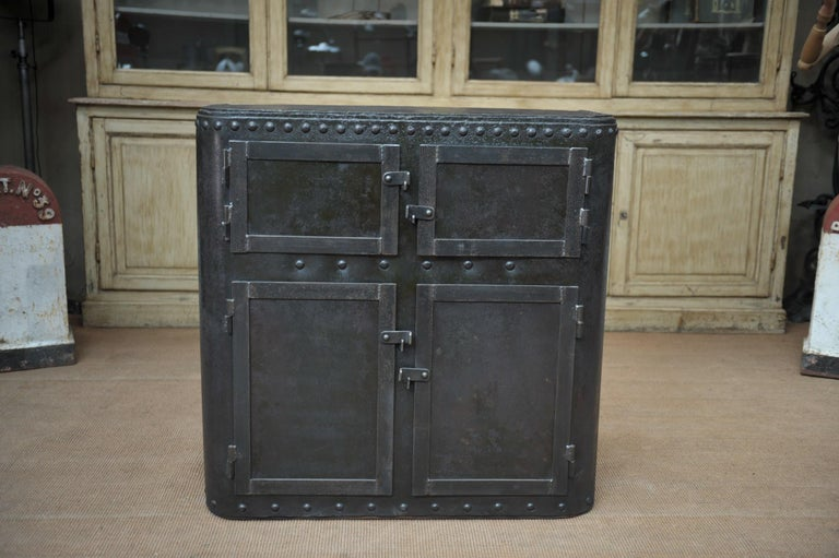 Industrial 4 Doors Cabinet in Riveted Iron, circa 1900 In Good Condition For Sale In Roubaix, FR