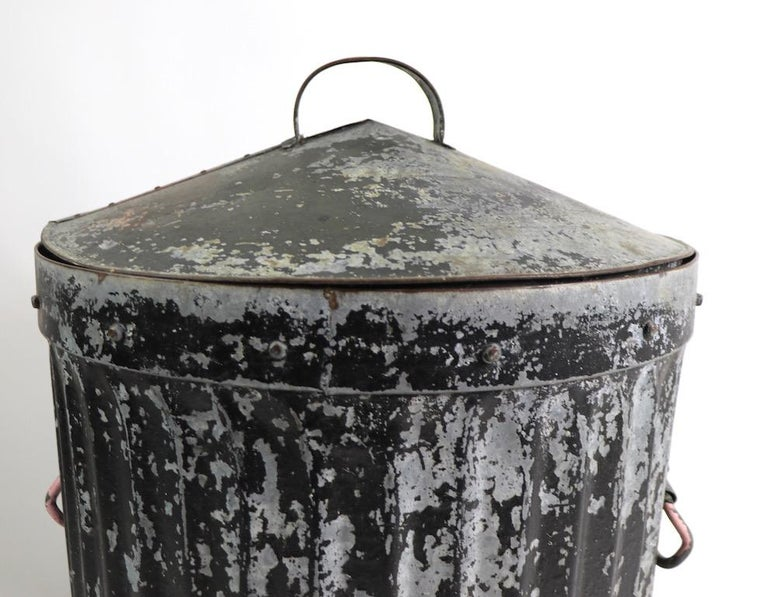 Industrial Trash Garbage Can with Lid In Good Condition For Sale In New York, NY