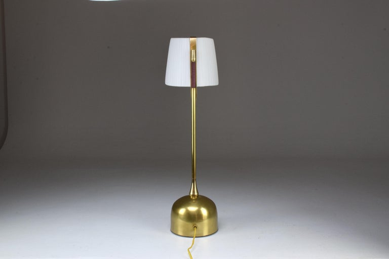 Infinitus Contemporary Brass Table Lamp, Flow Collection For Sale 5