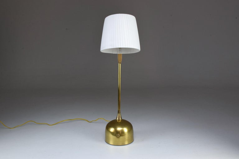 Infinitus Contemporary Brass Table Lamp, Flow Collection For Sale 11