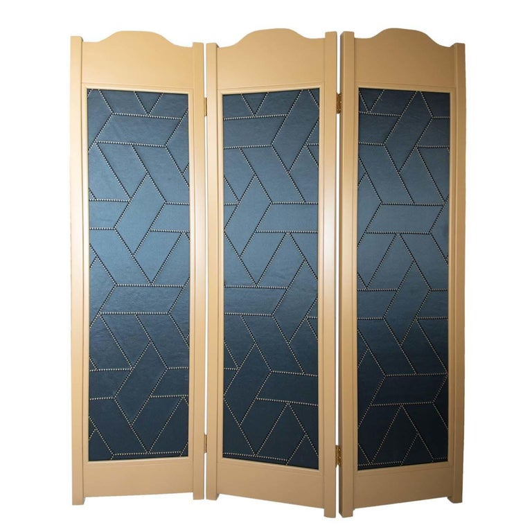 This sophisticated screen boasts three solid wood frames with a sand-colored lacquered finished. Each is filled with a wood panel, upholstered in luxurious silk with a modern intarsia motif on one side and finished with a dark blue lacquer on the