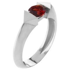 18 Karat White Gold 0.70 Carat Natural Garnet Oval Cut Edge Ring