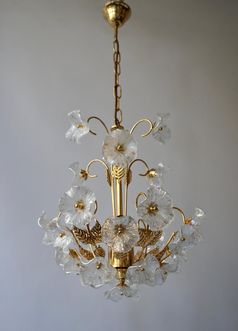 Iridescent Italian Murano Glass and Brass Flower Chandelier In Good Condition For Sale In Antwerp, BE