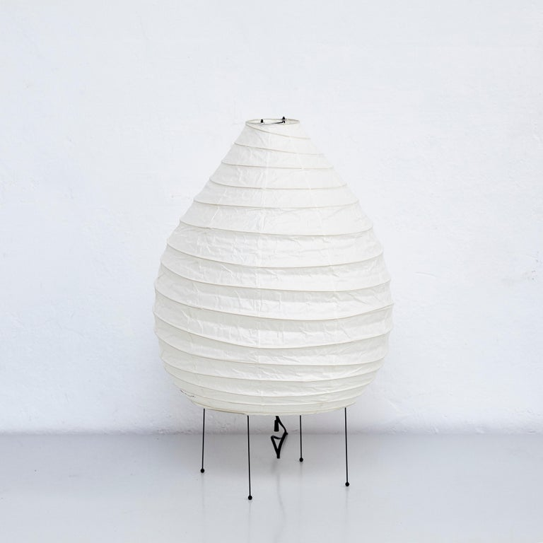 22N table lamp, designed by Isamu Noguchi. Manufactured by Ozeki & Company Ltd. (Japan.) Bamboo ribbing structure covered by washi paper manufactured according to the traditional procedures.  In good vintage condition.  Edition signed with