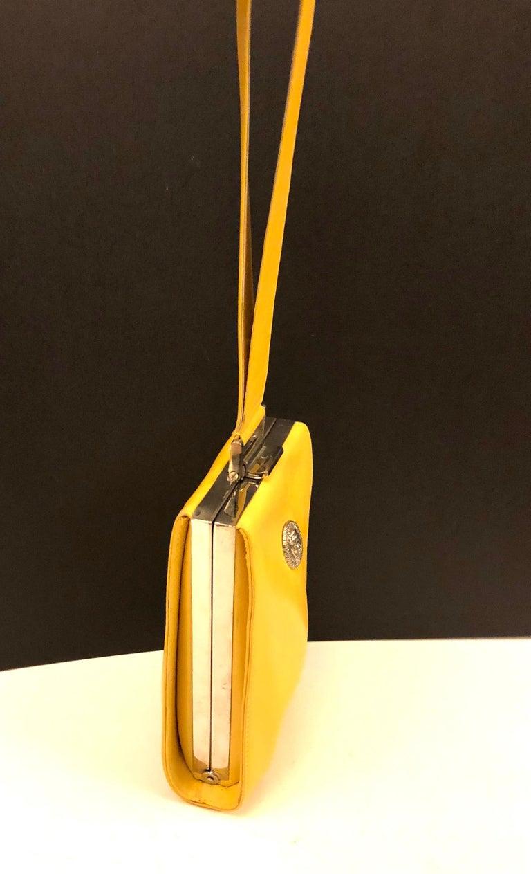 - Vintage 90s Istante by Gianni Versace yellow lambskin handbag.   - Measurements: 13cm x 18cm x 5cm. Drop: 20cm.   - Unused item with minor imperfection.