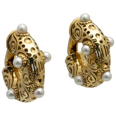 Italian 1970s Yellow Gold Hoop Ear Clips with Akoya Pearls and Pierced Motifs