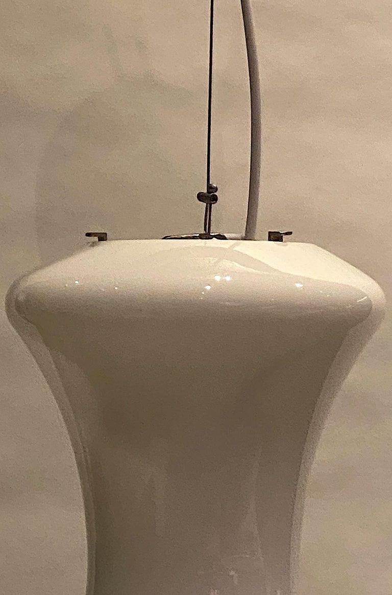 Italian 1970s White and Beige Blown Glass Pendant Light In Good Condition For Sale In New York, NY