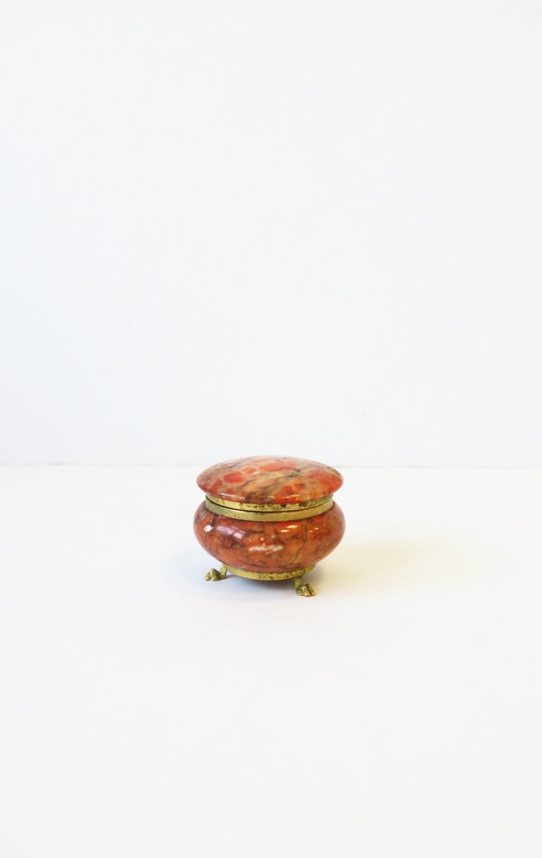Italian Alabaster Marble and Brass Round Jewelry Box in the Neoclassical Style In Good Condition For Sale In New York, NY