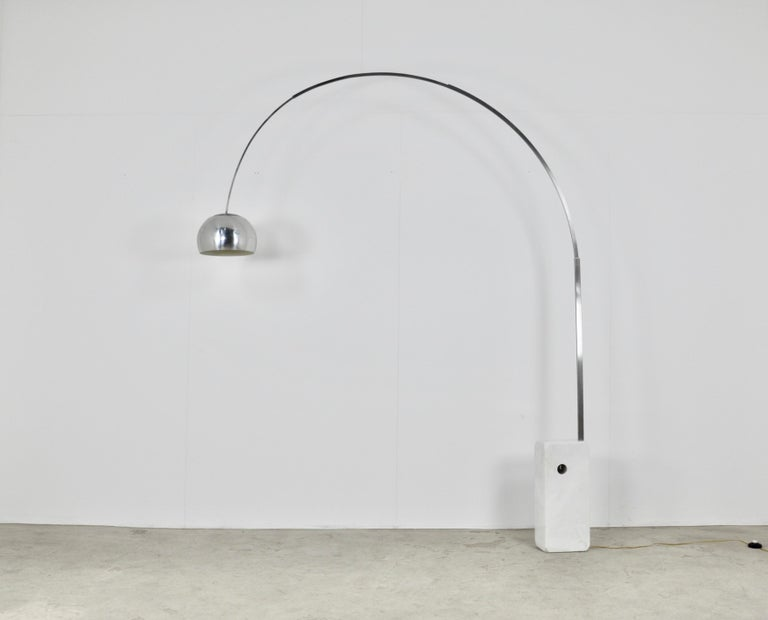 Floor lamp in metal and marble adjustable. trace of wear (see photo)