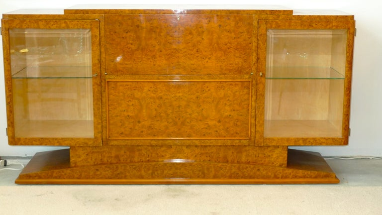 Italian Art Deco burl walnut cocktail bar sideboard in beautifully mellowed caramel toned finish and sycamore lined interiors. Lift up the top and automatically the mixing surface extends horizontally to reveal the elegant mirror lined interior