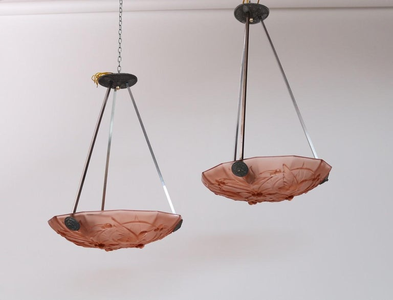 Italian Art Deco Sculptured Glass and Chrome Chandelier in Pink, 1940s In Good Condition For Sale In Clivio, Varese
