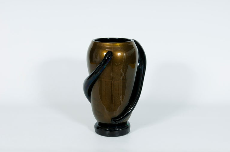 Massive and elegant Italian Venetian, Art Deco vase, blown Murano glass, black and gold 24-karat, 1980s. This amazing portrait is entirely handcrafted in blown Murano Glass, in the Murano glass island of Venice, its manufacture is date 1980s. This