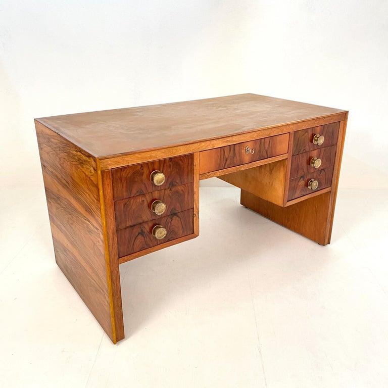 Italian Art Deco Writing Desk in Brown Walnut, Linoleum and Brass, circa 1930 5