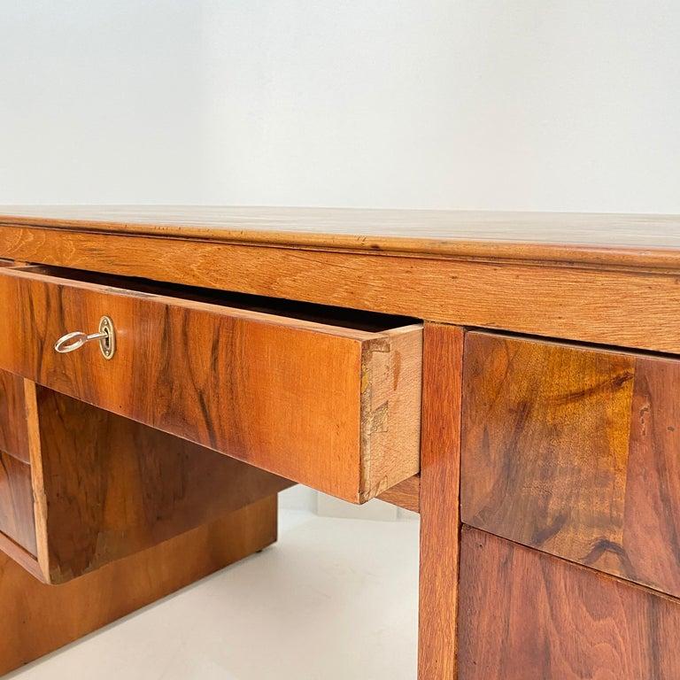 Italian Art Deco Writing Desk in Brown Walnut, Linoleum and Brass, circa 1930 10