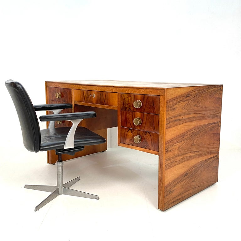 Italian Art Deco Writing Desk in Brown Walnut, Linoleum and Brass, circa 1930 3