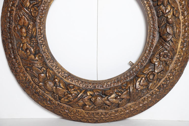 Italian Baroque Carved and Gilded Round Picture / Mirror Frame For Sale 1
