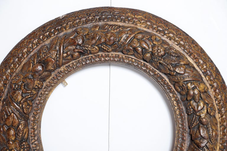Italian Baroque Carved and Gilded Round Picture / Mirror Frame For Sale 2
