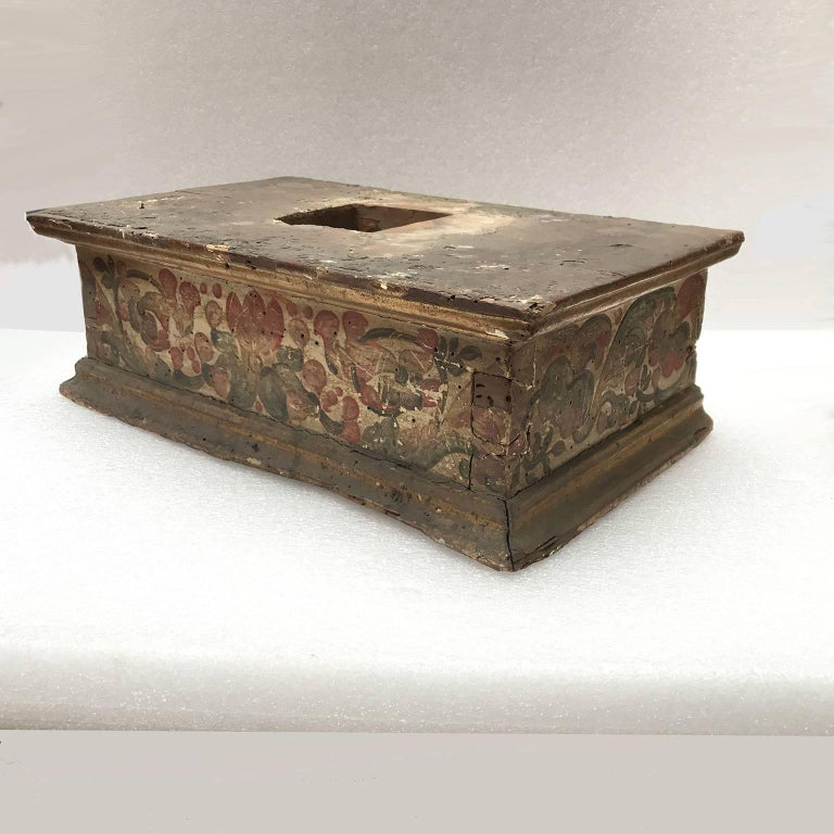 17th Century Italian Baroque Basement Painted and Gilt Wood Sculpture Stand 1661 In Good Condition For Sale In Milan, IT