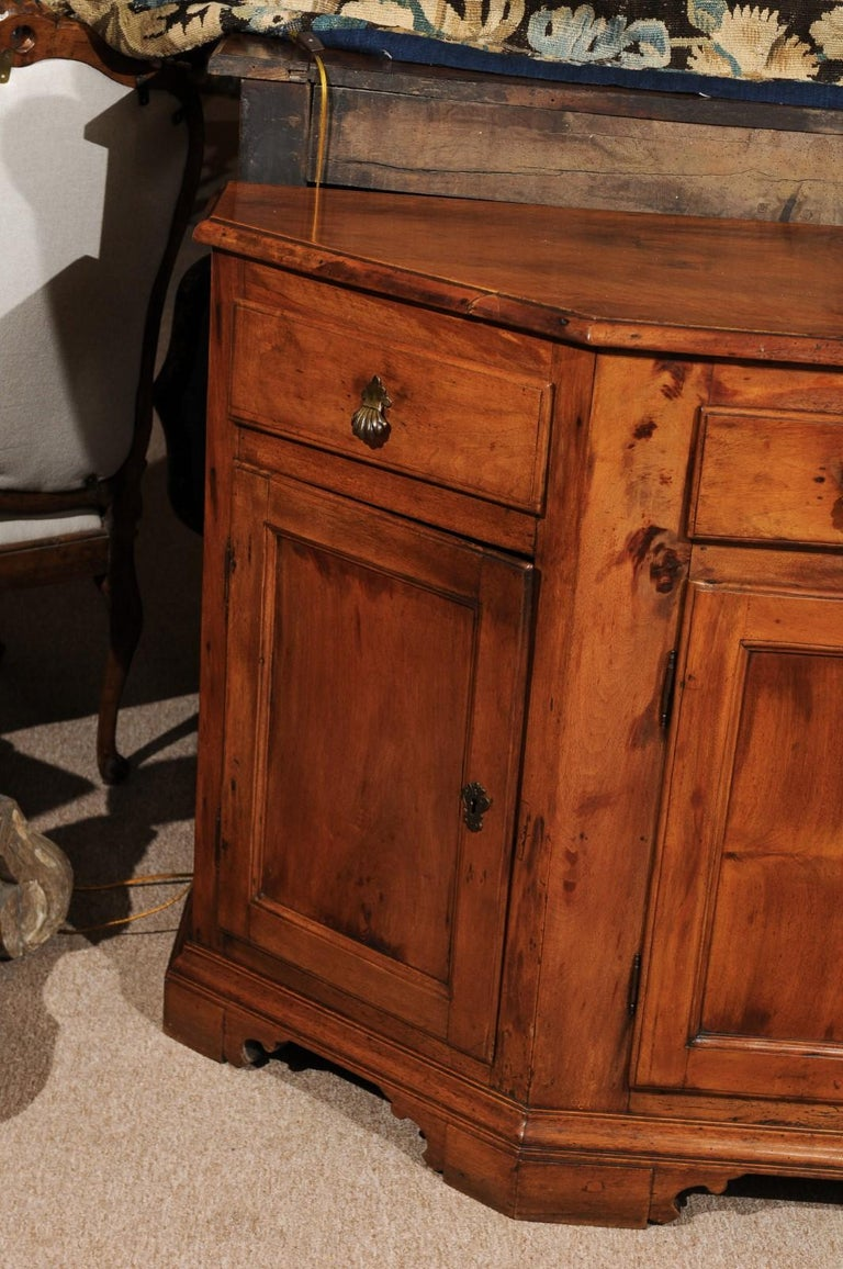 Italian Baroque Walnut Credenza, Early 18th Century For Sale 1