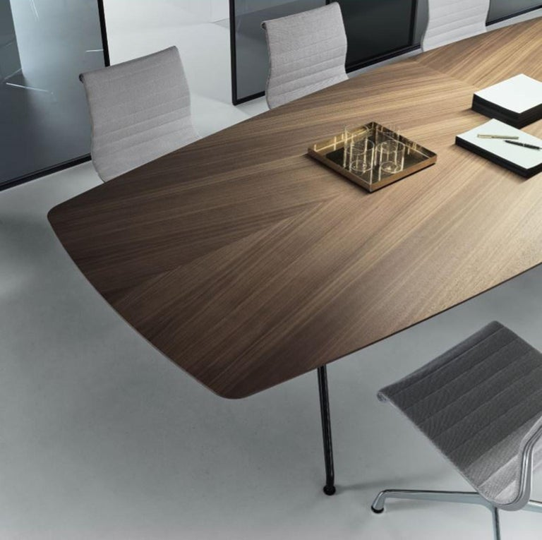Modern Italian Boat-Shaped Dining Table in Walnut Wood For Sale