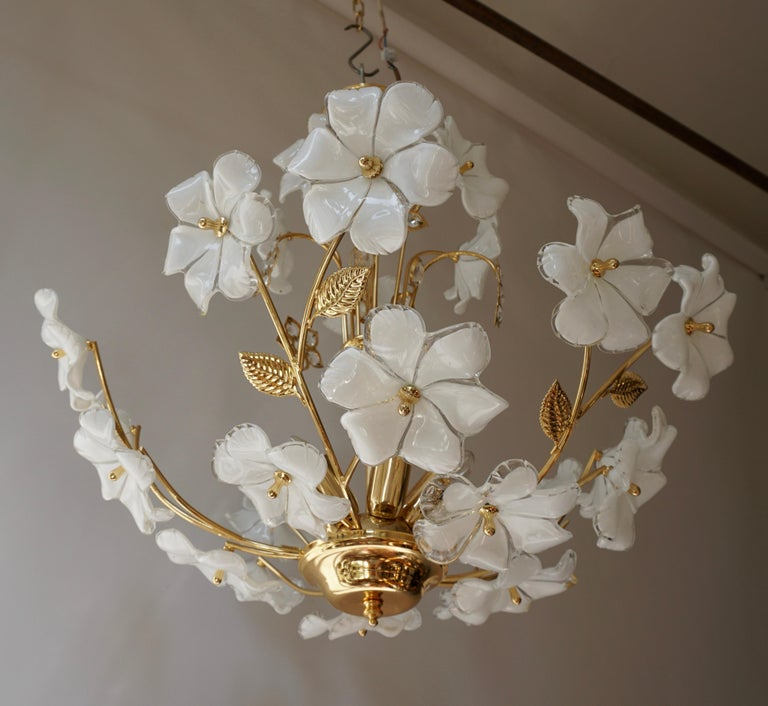 Italian Brass Chandelier with White Murano Glass and Crystal Flowers In Good Condition For Sale In Antwerp, BE